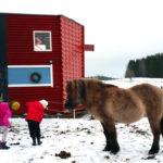 Fotografi på Idefarmens sneda hus.